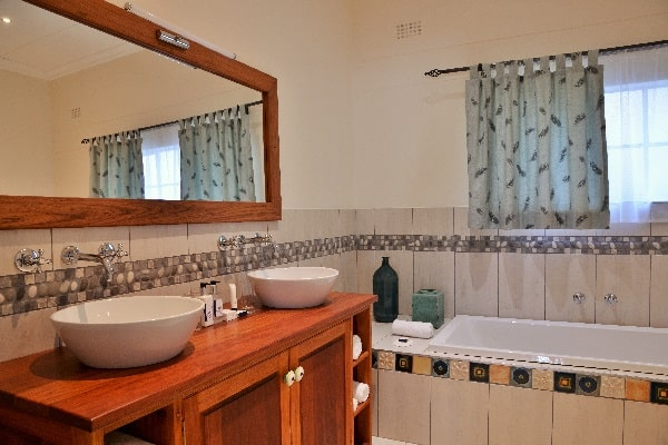 batonka-guest-house-bathroom-vic-falls-zimbabwe