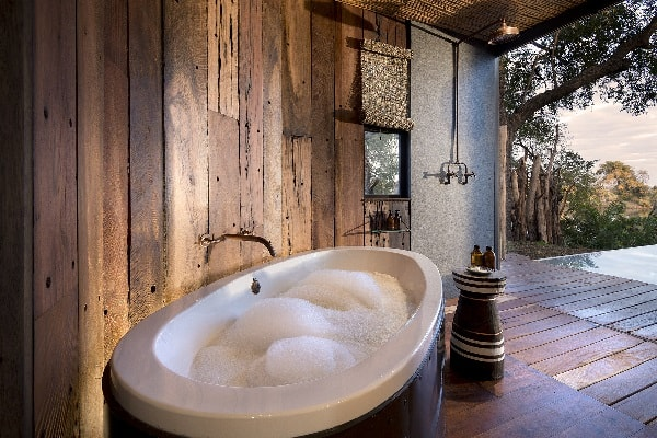 thorntree-lodge-bath-with-a-view-zambia